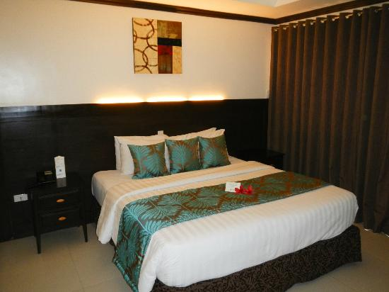Jony's Beach Resort: nice big bed & room