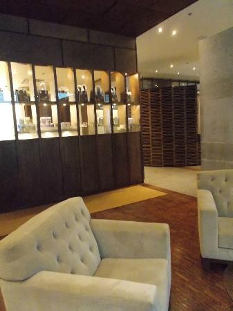 Hotel 71: Lobby