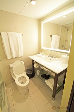 The Condado Plaza Hilton: Room 774 bathroom