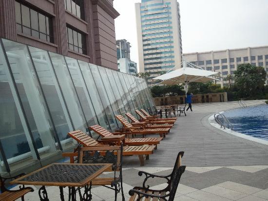 Sovereign Hotel Zhanjiang: terrasse piscine