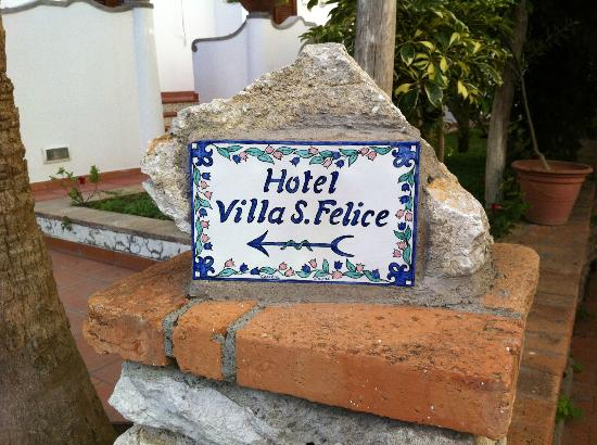 Hotel Villa Sanfelice: in case you were wondering, its that way. love the sign