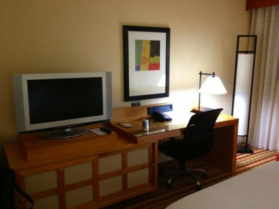 Renaissance Orlando Airport Hotel: desk and tv