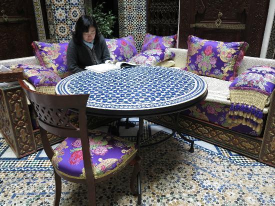 Riad Rcif: una de las mesas del patio central