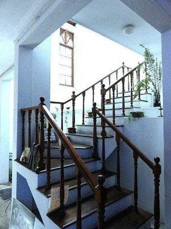 Thusare House & Spa: 二階へ続く階段。階段の向こうにある吹き抜けのおかげで空間が広々として見えます。すっごく素敵なデザインです^^