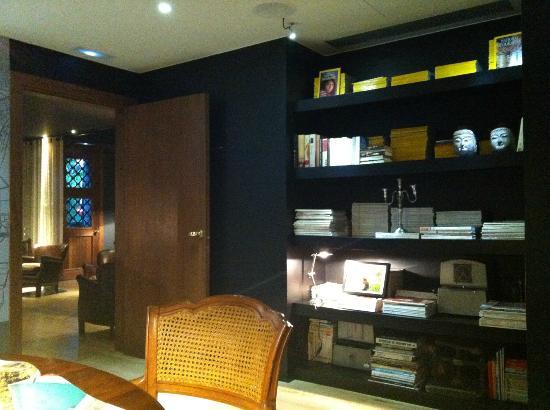 Hotel Primero Primera: Library