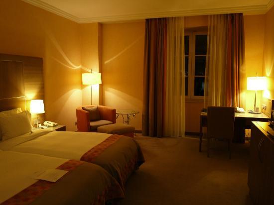 โรงแรมฮิลตัน อิมพีเรียล ดูบรอฟนิก: 部屋の窓からはライトアップされた城壁が