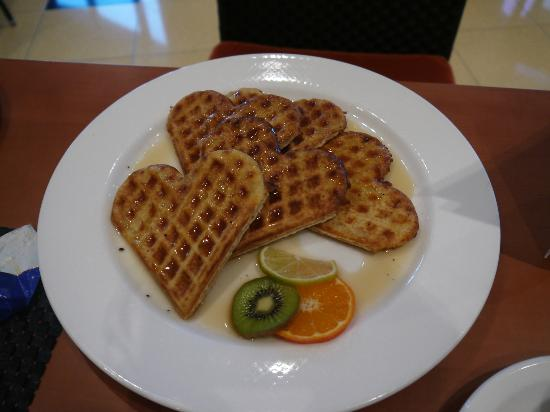 โรงแรมฮิลตัน อิมพีเรียล ดูบรอฟนิก: かわいいワッフルを注文。もちろん朝食に含まれています。