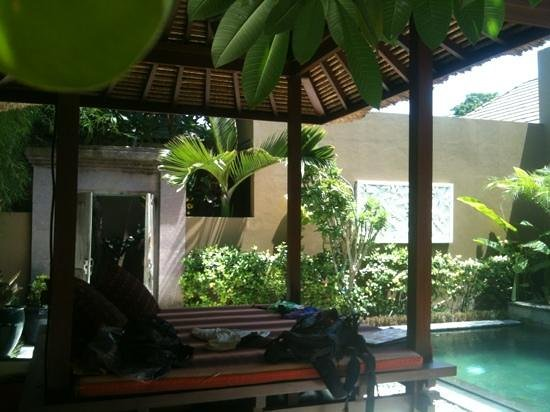 Ajanta Villas: relaxing outdoor pool with day bed for massages