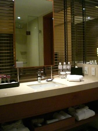 Crowne Plaza Bangkok Lumpini Park: Sink/Vanity area
