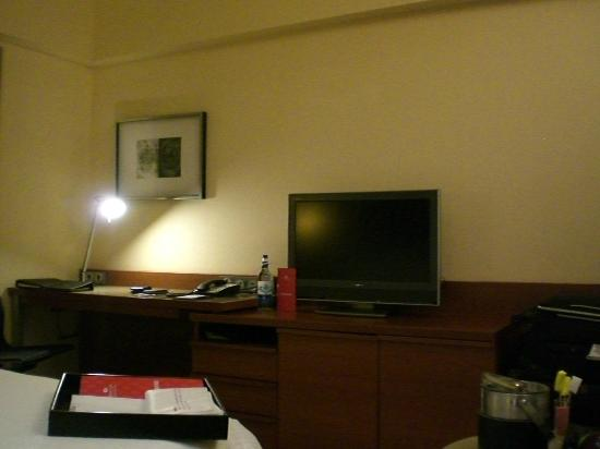 Crowne Plaza Bangkok Lumpini Park: TV/Work desk area