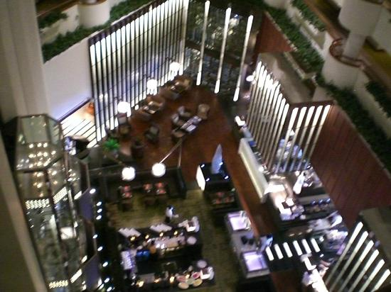 Crowne Plaza Bangkok Lumpini Park: Overlooking dining area from top