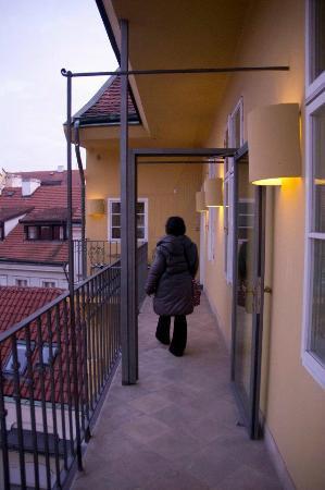 มาไมซัน สวีท โฮเต็ล แพชโทฟ พาเลส ปราเก้อ: Glass door could be shut to make the terrace private