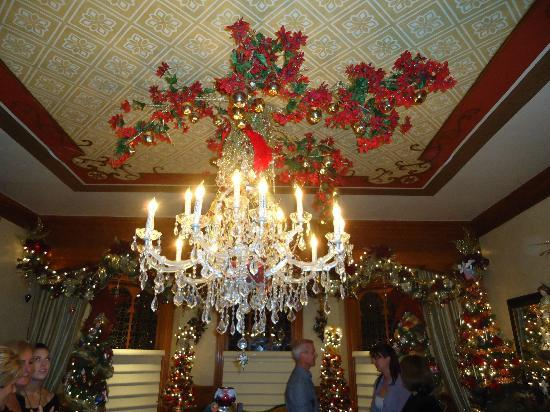 DeLand, FL: The chandelier in the Dinning Room of the Stetson Mansion