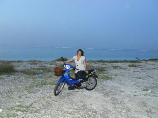 Hulhumale Inn: Discovering Hulhumale by motorbike