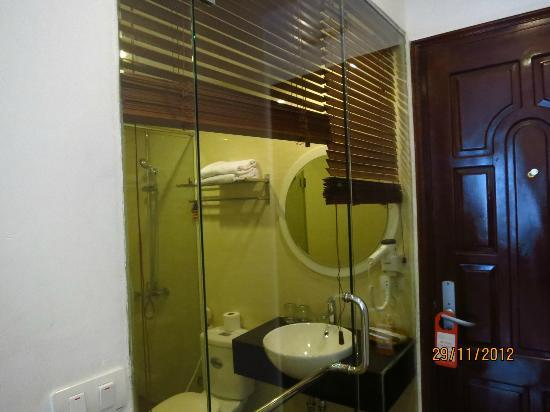 Tu Linh Palace Hotel: Room 201 - toilet
