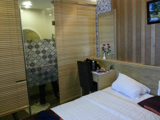 Tu Linh Palace Hotel: Room 203 - Toilet