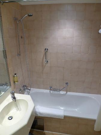 Corinthia Hotel Prague: Bathroom clean and spacious
