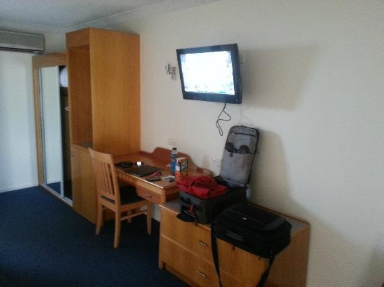 West End Motor Lodge: Working Area and TV