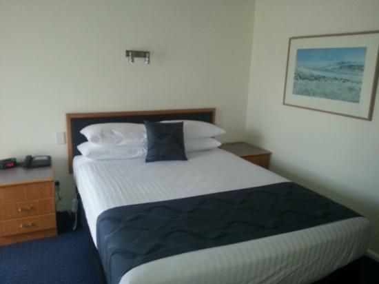 West End Motor Lodge: Bed