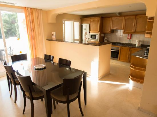 Alanda Club Marbella: Dining room and kitchen