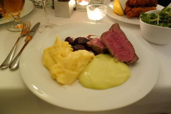 Gasthaus Woracziczky : beef fillet with buttery mash, bernaise sauce, sautéed onions