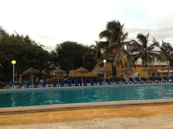 Hotel Oasis Praiamar : Piscina