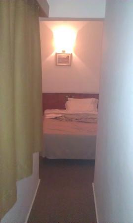 Hotel Call: Il letto visto dal cunicolo dell'ingresso