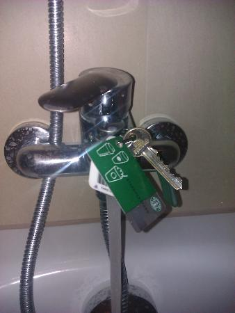 NH Brussels Louise: Better bring your toolkit if you want a shower, this is what I improvised eventually