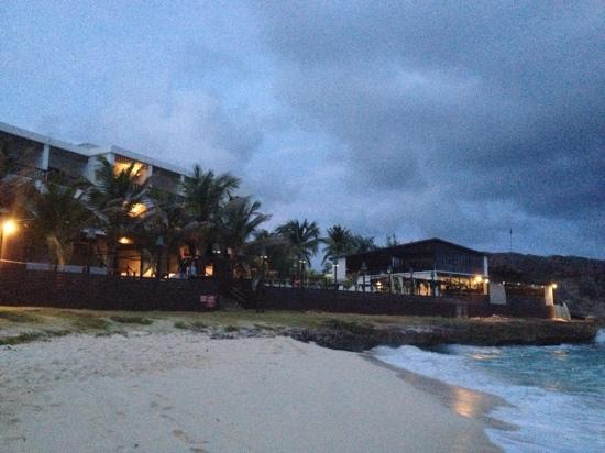 Silver Point Hotel: Evening view of the hotel from the beach