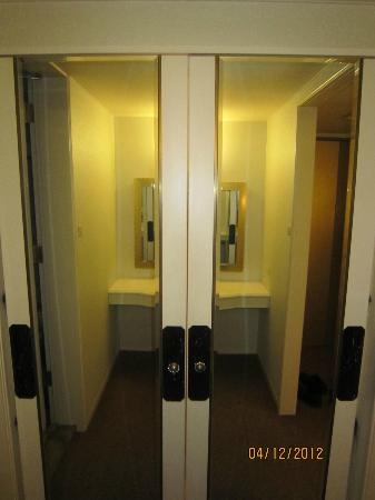 Quintessa Hotel Sapporo: Closet