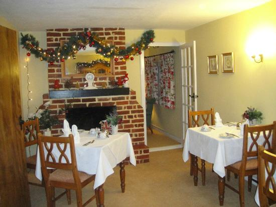Chimneys Guest House: Dining room