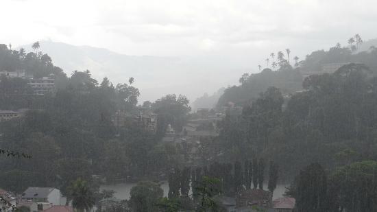 بلينكبوني بانوراما جيستهاوس: Pomeriggio piovoso dalla veranda del Blinkbonnie 