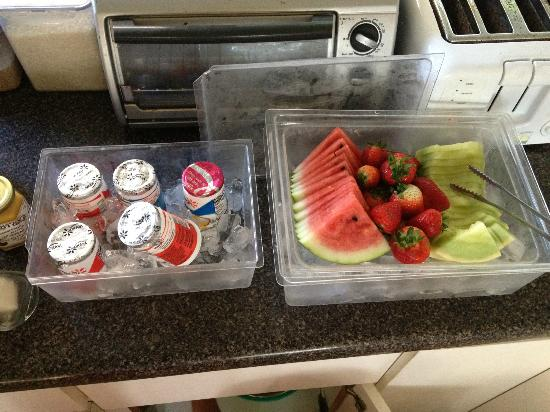 Aaron's Cottage: fresh fruits and yogurt for breakfast