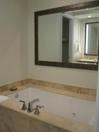 Key West Marriott Beachside Hotel: Jetted bath