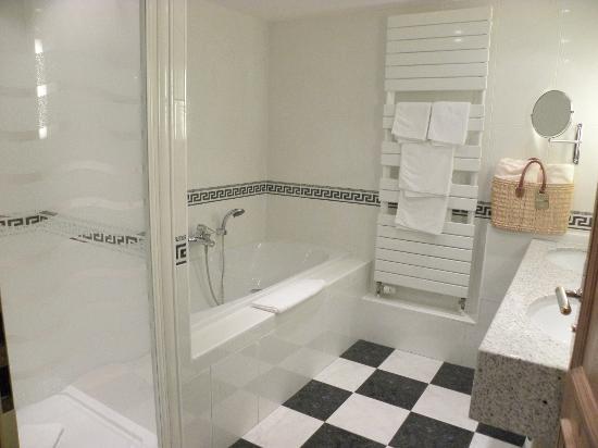 Salle de bains baignoire douche photo de le parc hotel for Petite salle de bain avec douche et baignoire