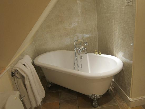Dial House Hotel: Bathtub with shower