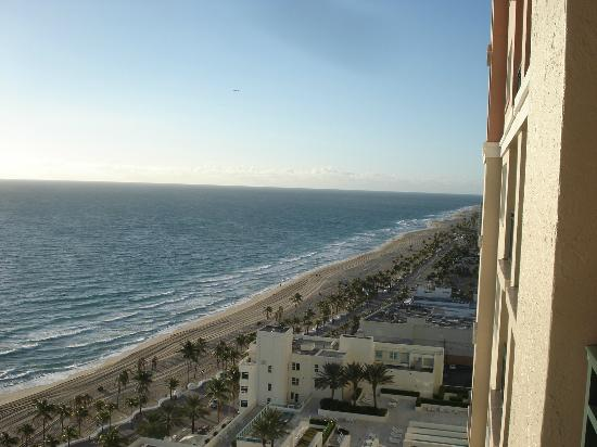 Marriott's BeachPlace Towers: View of Beach from room