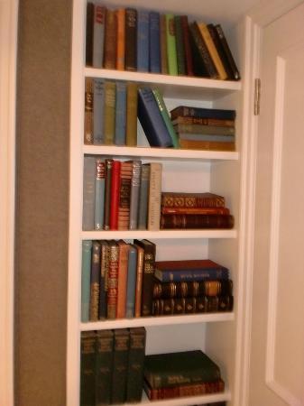 Knightsbridge Hotel: Librería de la habitación