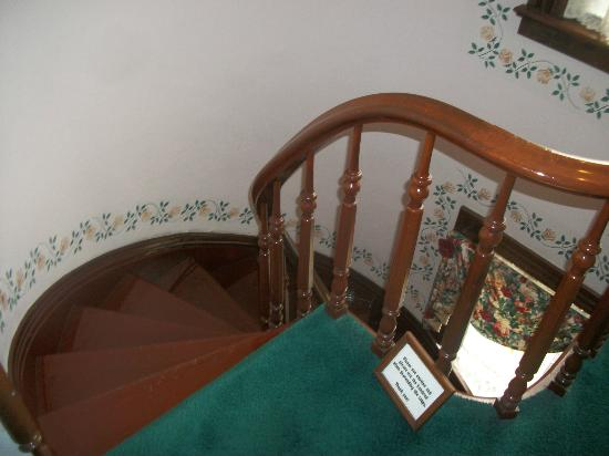 Sutherland House Victorian Bed and Breakfast: Beautiful staircase to bedrooms