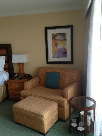 Fort Lauderdale Marriott Harbor Beach Resort & Spa: Sitting area next to balcony