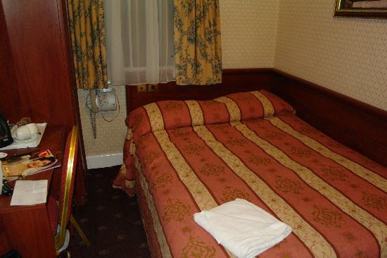 Avon Hotel: Microcamera vedi spazio tra letto e scrivania!!!