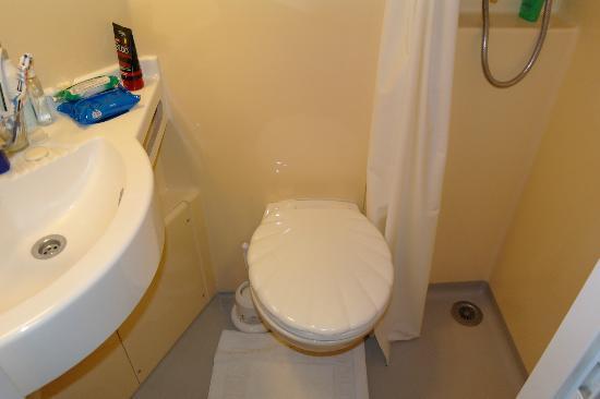 Avon Hotel: Ci si può lavare i denti seduti sul wc tanto è spazioso il bagno!!:)