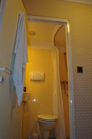 Avon Hotel: Microbagno...