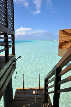 บารอส มัลดีฟส์: Stairs into water from sun deck