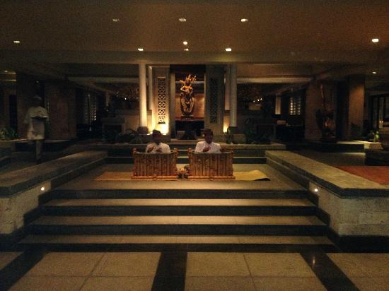 INTERCONTINENTAL Bali Resort: Some musicians at night in the lobby