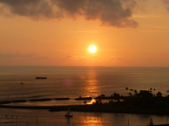Ilikai Hotel & Luxury Suites : sunset from the 23rd floor on our last night