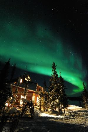 Blachford Lake Lodge: Aurora with the main lodge