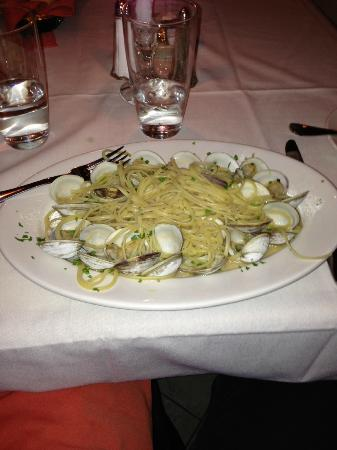 Core de Roma: linguini and clams just served