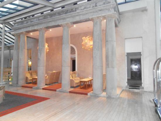 Farnham Estate Spa and Golf Resort: Original portico of Farnham House incorporated into foyer of modern hotel