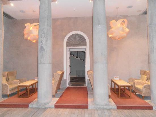 Radisson Blu Farnham Estate Hotel, Cavan: modern additions to original portico in foyer